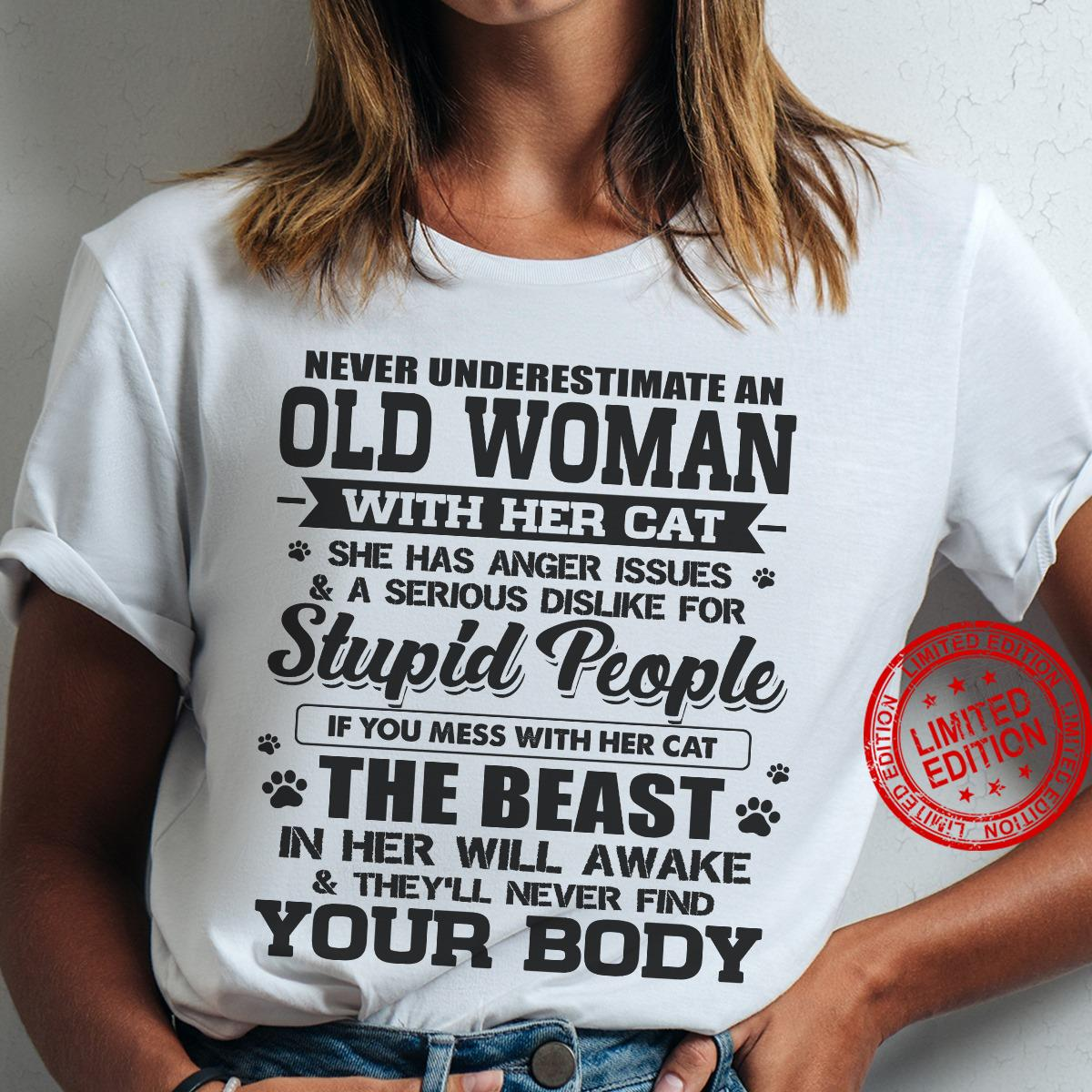 Never Underestimate An Old Woman With Het Cat Stupid People Shirt